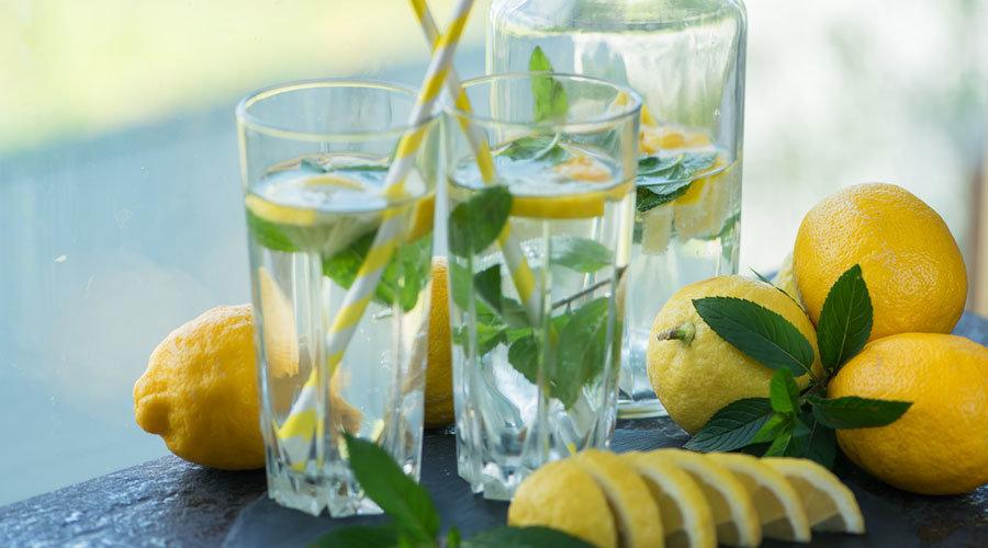 Zitronenwasser trinken für schöne Haut
